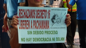 Banner protestando el Decreto 16 a la marcha para derechos humanos en Guayaquil el 10 diciembre