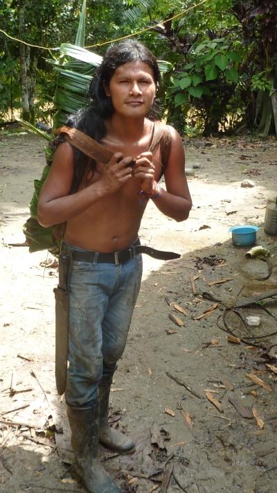José Luis lleva yuca en una mochila hecha de hojas