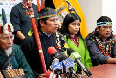 Presidente de Sarayaku José Gualinga (centro) con su padre, el chamán Sabino Gualinga de Sarayaku (izquierda) y Patricia Gualinga (segundo por la derecha). (Imagen cortesía de Sarayaku).